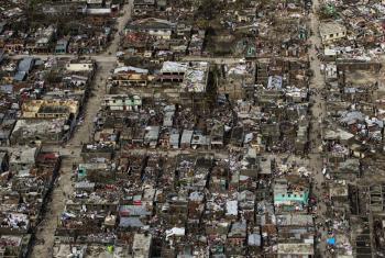 Les Cayes, en Haití, después del huracán Matthew. La tormenta de categoría 4 llegó al país en octubre pasado. Foto ONU / Logan Abassi.