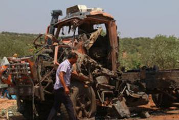 Un hombre pasa junto a un camión destruido tras los ataques aéreos en las afueras de Atareb, en la provincia de Aleppo, en Siria, el 4 de agosto de 2016. La crisis actual y las sanciones limitan el acceso a semillas de calidad, fertilizantes, maquinaria y