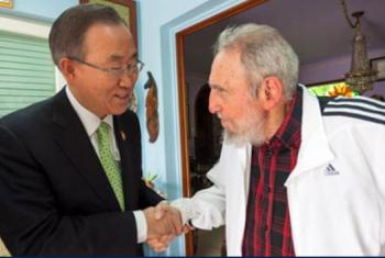 El Secretario General de la ONU, Ban Ki.moon, saluda a Fidel Castro durante su visita a la isla en enero de 2014. Foto Sistema de la ONU, Cuba.