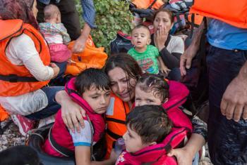 Una madre abraza a sus hijos después de cruzar el Mediterráneo. Foto de archivo: ACNUR/Ivor Prickett.
