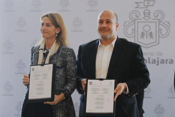 Nuria Sanz, Directora y Representante de la UNESCO en México, y Enrique Alfaro Ramírez, presidente Municipal de Guadalajara, en la firma del convenio que permitirá desarrollar un programa conjunto a favor de la difusión del Jazz en las Américas. Foto UNES