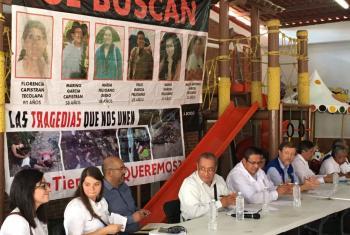 El representante en México del Comisionado de la ONU para los Derechos Humanos, Jan Jarab, durante una visita en septiembre pasado a Ayotzinapa, durante una reunión con familiares de los 43 estudiantes desaparecidos. Foto: ONU-DH México