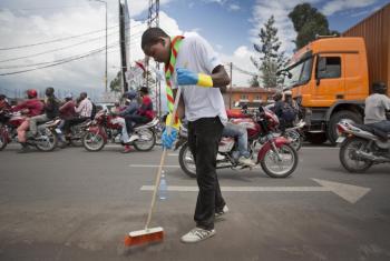 Un voluntario limpia las calles en Goma, la República Democrática del Congo. Foto de archivo: ONU/Sylvain Liecht.