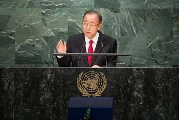 El Secretario General, Ban Ki-moon, se dirige a la Asamblea General, que aprobó por aclamación una resolución de agradecimiento por los avances durante sus diez años de mandato. Foto: ONU / Manuel Elías