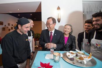 Ban Ki-moon durante su visita al restaurante Habibi y Hawara en Viena. Foto: ONU/Eskinder Debebe.