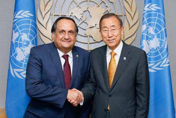 Alexander Maza Martelli (izq.), representante permanente de El Salvador ante Naciones Unidas en la Oficina de Ginebra junto al Secretario Genral de la ONU, Ban Ki-moon. Foto archivo: ONU/JC McIlwaine.