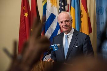 El enviado especial de la ONU para Siria, Staffan de Mistura, informando a los medios de comunicación tras la sesión del consejo de Seguridad sobre Siria. Foto: ONU / Amanda Voisard