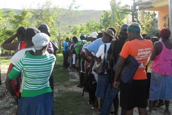 Haitianos esperando recibir las bolsas de semillas. Foto: FAO/Justine Texier