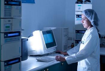 Científica en un laboratorio de la ciudad de Guatemala. Foto: Banco Mundial