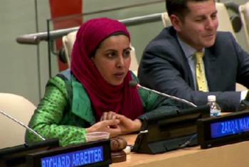 La creadora de la Serie, La Mezquita Pequeña en la Pradera, Zarqa Nawaz (izq.) y el comediante y ex abogado, Dan Obeidellah durante el evento de alto nivel sobre el combate a la islamofobia. Imagen: Captura de video