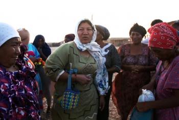 La abogada y activista de derechos humanos Deborah Barros (al centro con pañuelo a la cabeza) re reúne con mujeres de la comunidad indígena Wayuu en Bahía Portete,