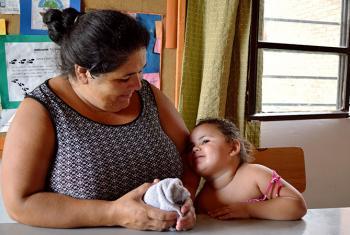 """Una ley en Uruguay ha cambiado el concepto de """"cuidado"""". La normativa establece que todos los niños, las personas con discapacidad y los adultos mayores tienen derecho a servicios de cuidado proveídos por el Estado. En la foto, Soledad Rotella y su hija K"""