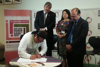Alvaro Esteban Pop en el momento de la firma del acuerdo con Transparencia Internacional. Le acompañan Carlos Mencos, Contralor general de Cuentas de Guatemala, Aura Leticia Teleguario, Ministra del Trabajo de Guatemala y Manfredo Marroquín, Representante