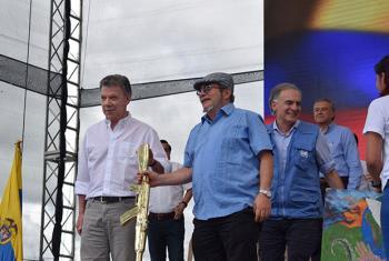 El presidente colombiano Juan Manuel Santos, el jefe guerrillero Rodrigo Londoño y el jefe de la Misión de la ONU, Jean Arnault, al inicio de la ceremonia de entrega de armas. Foto: Misión ONU Colombia