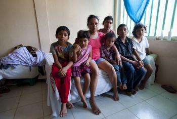 Carmen huyó de Honduras con sus 5 hijos después de haber recibido amenazas de muerte. Hoy viven seguros en un albergue financiado por ACNUR en México. Foto: ACNUR Sebastian Rich
