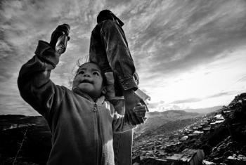 La primera vez que Henry viajó fuera de su lugar natal fue cuando tuvo que huir para Soacha, en el borde meridional de Bogotá, a los 44 años. Su hermano mayor, desplazado antes que él, lo ayudó a encontrar un trabajo reciclando basura. Foto: ACNUR/ Zalmaï