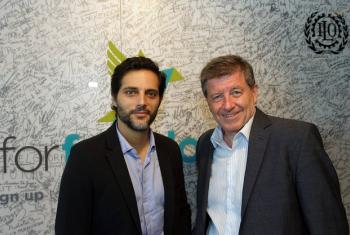 El actor argentino Joaquín Furriel (izquierda), junto al director de la OIT, Guy Rider. Foto: OIT