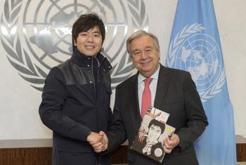 El Secretario General de la ONU, António Guterres, junto al Mensajero de la Paz, Lang Lang, durante su encuentro en la sede de la ONU. Foto: ONU/Eskinder Debebe