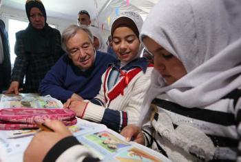 En Jordania, Guterres habla con estudiantes de una escuela del campo de refugiados de Zaatari en marzo de 2017. Foto: ONU / Sahem Rababah.