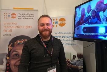 Ahmed Malla, un refugiado sirio que trabaja como voluntario para UNFPA ayudando a otros jóvenes refugiados en Turquía. Foto: Noticias ONU / Laura Quiñones