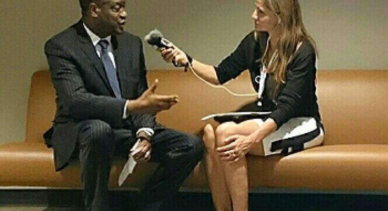 """Denis Mukwege au micro de Cristina Silveiro à l'issue de la projection du film """"L'homme qui répare les femmes – la colère d'Hippocrate"""" au Siège de l'ONU."""