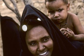 Femme touareg et son enfant de la région de Nara au Mali.