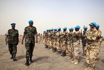 Le Général Jean-boscp Kazura passe en revue des troupes tchadiennes dans le Nord du Mali. Photo MINUSMA - Marco Dormino