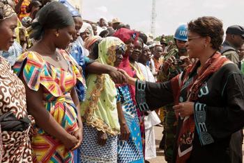 La Représentante spéciale accueillie par les femmes d'Issia le 19 juillet 2013-