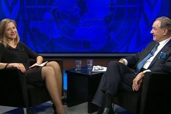 Ian Eliasson, le Vice-Secrétaire général des Nations Unies (à droite) avec la productrice Priscilla Lecomte de la Radio des Nations Unies-