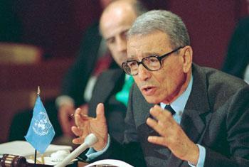 L'ancien Secrétaire général de l'ONU, Boutros Boutros-Ghali, lors d'une conférence de presse au siège de l'ONU en 1994. Photo ONU/Milton Grant