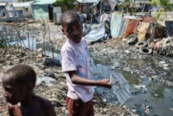 Deux enfants dans le bidonville de Cité Soleil, en Haiti (2013)