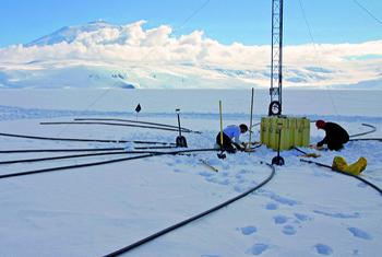 Des travaux de maintenance à la station infrasons IS55, Windless Bight, Antarctique (États Unis. (Photo : Commission préparatoire OTICE)
