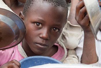 République démocratique du Congo: des élèves de l'école primaire Bwerangula à Kitchanga, Nord Kivu (est du pays), reçoivent leurs déjeuners. Photo ONU/Eskinder Debebe
