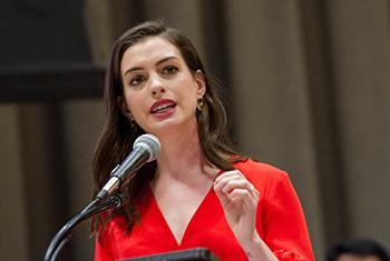 Anne Hathaway, actrice et Ambassadrice de bonne volonté d'ONU Femmes, lors d'un évènement marquant la Journée internationale des femmes, au Siège de l'ONU à New York le 8 mars 2017. (