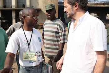 José Maria Aranaz, écoute les impressions d'un inspecteur des droits de l'homme en charge. Photo MONUSCO/Abel Kavanagh