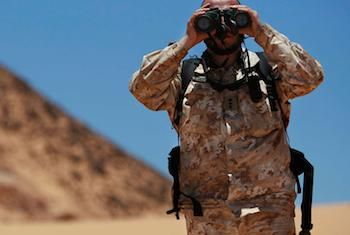 Un officier de liaison militaire de la Mission des Nations Unies pour l'organisation d'un référendum au Sahara occidental (MINURSO), observe au travers de ses jumelles lors d'une patrouille de surveillance du cessez-le-feu à Oum Dreyga, au Sahara occident