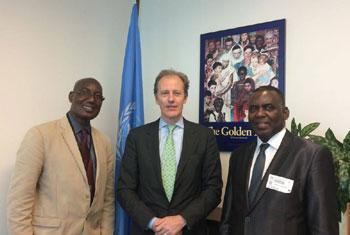 Biram Dah Abeid, Président de l'Initiative pour la resurgence du mouvement abolitionniste (à droite) avec le Sous-Secrétaire général de l'ONU aux droits de l'homme, Andrew Gillmour (centre) et Bakari Tandia, au Siège de l'ONU, à New York (Crédit Photo : B