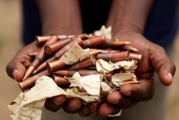 Un ex-combattant ayant participé au DDR tient des munitions à Attécoubé, Abidjan, Côte d'Ivoire. (