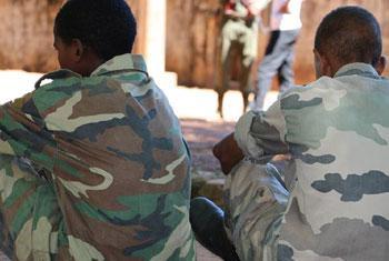 Deux garçons parmi les 357 enfants soldats libérés par les milices anti-Balaka et les groupes armés ex-Séléka en République centrafricaine le 14 mai 2015. (