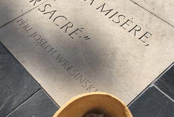 """La dalle offerte par la France à l'ONU est une réplique de la dalle posée à Paris en 1987 qui rappelle que """"Là où des hommes sont condamnés à vivre dans la misère, les droits de l'homme sont violés. S'unir pour les faire respecter est un devoir sacré."""" (P"""