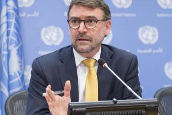 Bernard Duhaime, Président du groupe sur les disparitions forces ou involontaires, répondant aux journalists lors d'une conférence de presse au Siège de l'ONU à New York. (Crédit: photo ONU/Rick Bajornas)