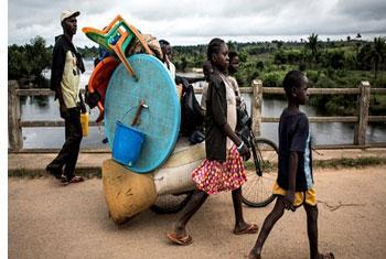 Une famille congolaise fuyant les violences ethniques à Kamonia, dans la province du Kasaï (
