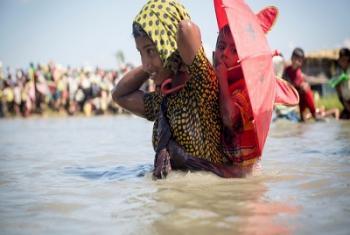 Des milliers de nouveaux réfugiés rohingyas traversent la frontière près du village d'Anzuman Para, à Palong Khali, Bangladesh (