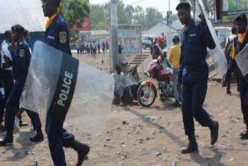 Des policiers tentant de maintenir l'ordre durant des manifestations à Kinshasa, la capitale de la République démocratique du Congo, en 2015.