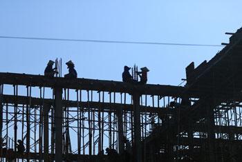 Des ouvriers d'un chantier de construction dans la province de Binh Thuan, au Viet Nam. Photo OIT/Nguyen Viet Thanh