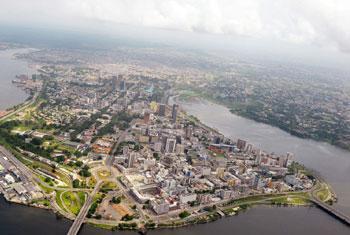 Vue aérienne du quartier du Plateau à Abidjan, en Côte d'Ivoire. Photo ONU/Basile Zoma