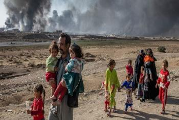 Une famille déplacée lors des combats dans le village de Shora, à 25 kilomètres de Mossoul, en Iraq. Photo HCR/Ivor Prickett