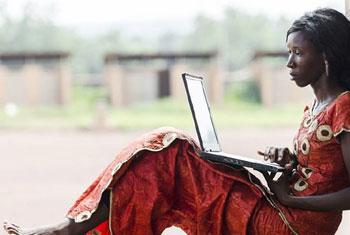 Une femme africaine travaille sur son ordinateur portable.