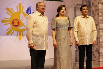 Le Secrétaire général de l'ONU, António Guterres, reçu par le Président philippin, Rodrigo Duterte, et la Première Dame, Honeylet Avancena, lors du 31e Sommet de l'Association des Nations d'Asie du Sud-Est (ASEAN) le 12 novembre 2017.