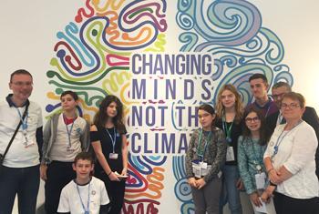 Un groupe d'élèves du collège Vincent Van Gogh, de Blénod-lès-Pont-à-Mousson, avec leur professeur, à la Conférence des Nations Unies sur le climat (COP 23) à Bonn, en Allemagne. (Photo ONU Info/Jérôme Bernard)